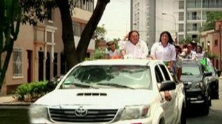 Alejandro Toledo recorre en caravana las calles de Lima