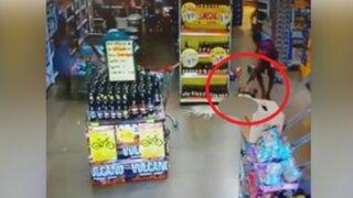 Cámaras de seguridad registran a sicarios baleando a su víctima en un supermercado