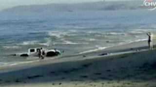 Chile: jóvenes recuperan vehículo que fue arrastrado por el mar