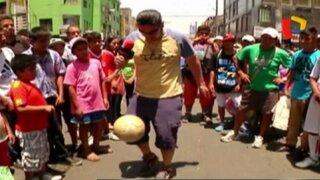 """El reto de """"la patadita"""": cuando los limeños imitan jugadas de los famosos del fútbol"""
