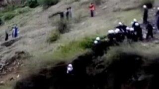 Policías rescatan a más de 15 personas atrapadas por huaicos
