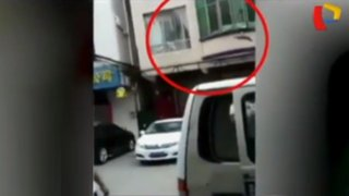 Vecinos salvan a niño que cayó del balcón de su casa
