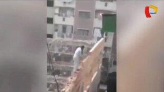 Obrero genera polémica por trabajar sin seguridad en lo alto de edificio