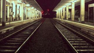 República Checa: irresponsables sujetos casi mueren arrollados por tren