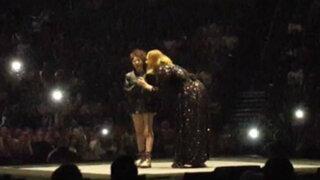 Espectáculo internacional: Adele cantó junto a niña con autismo durante concierto