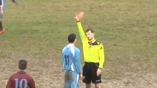 VIDEO: descontrolado jugador dio tremenda patada a árbitro