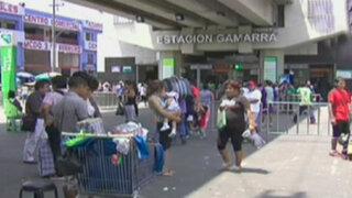 Ambulantes toman exteriores de estaciones del Metro de Lima
