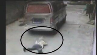 China: niño salva de morir tras ser atropellado