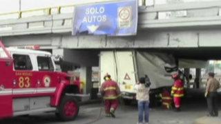 Furgoneta quedó atascada en puente de la Av. Brasil