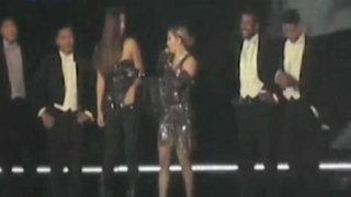 Madonna le bajó la blusa a una de sus fans y dejó uno de sus pechos al descubierto