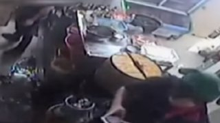China: trabajadora de restaurante sufre graves quemaduras