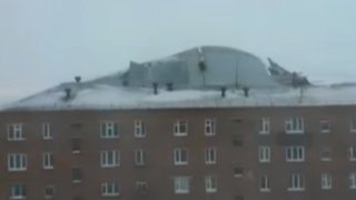 Rusia: fuerte viento provoca que techo de edificio se desplome