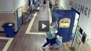 VIDEO: profesora empuja a un niño con discapacidad en colegio de EEUU