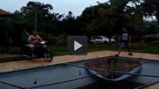 VIDEO: el motociclista que quedó en ridículo al intentar una curiosa maniobra