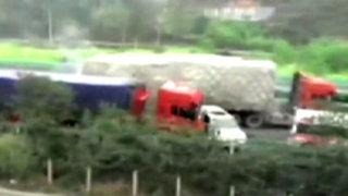 China: un médico muerto dejó choque entre camión y ambulancia