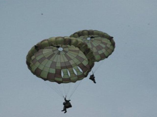 La dramática caída de un paracaidista que lucha desesperadamente por salvar su vida