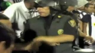 Policía es acusado de escupir a hincha aliancista durante el clásico