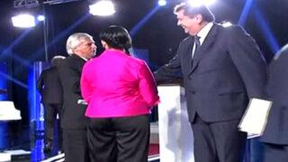 Así fue el saludo entre Alan García y Fernando Olivera al final del debate