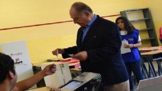 Ántero Flores Aráoz emitió su voto en colegio de San Isidro