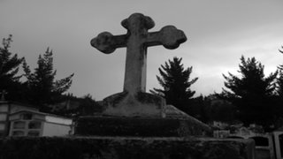 Argentina: fue a pasear al cementerio y terminó muerto en una tumba