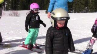 VIDEO: tierno niño se queda dormido mientras esquiaba