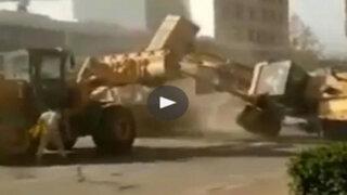 China: dos obreros se enfrentan violentamente a bordo de sus tractores