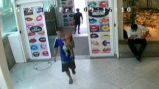 Brasil: hombre abandona a su hijo en centro comercial