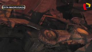 SJL: cargador frontal cayó desde cerro y destruyó dos viviendas