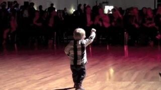 Niño de 2 años arrasa en Internet bailando como Elvis Presley