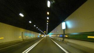 Chofer sobrevive tras estrellar su auto contra un túnel en China