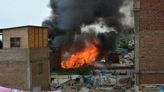 Voraz incendio arrasó con vivienda en Surco