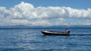 Puno: pescador desaparece tras voltearse lancha en Lago Titicaca