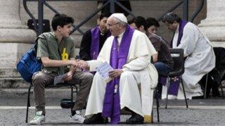 Papa Francisco confesó a jóvenes en plena Plaza de San Pedro