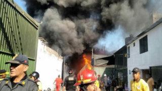 Voraz incendio se registra en almacén de La Victoria