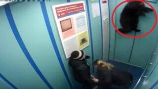 VIDEO: casi muere ahorcado en ascensor al atorarse su correa en la puerta