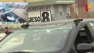 Panel publicitario cae sobre auto en Comas