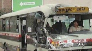Lurín: pasajeros de una combi quedaron atrapados tras accidente