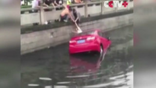 China: rescatan a mujer que cayó a río con su auto