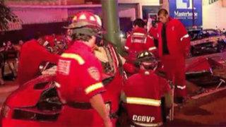Empresario muere tras impactar su auto contra poste en Surco