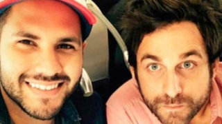 Rodrigo González posa junto a su novio para revista local