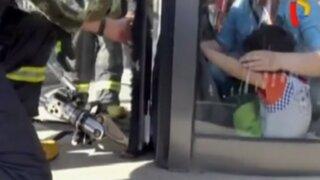 China: niño quedó atrapado en puerta giratoria de centro comercial