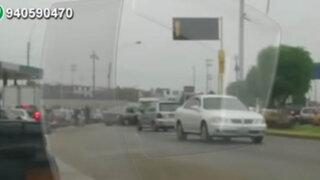 Autos circulan en contra para evitar congestionamiento en Av. Faucett
