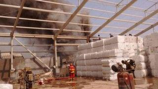 Incendio consume fábrica textil en Ate