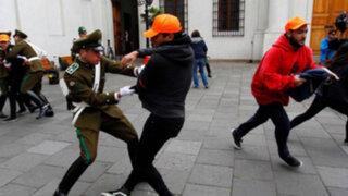 Estudiantes chilenos ingresan a la fuerza al Palacio de La Moneda