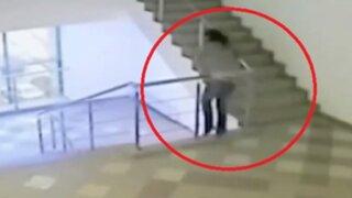 Rusia: mujer ebria cae por barandas de departamento