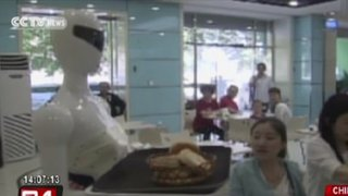 Robot camarera causa furor en restaurante de China