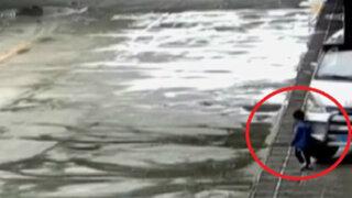 China: niño salva de morir tras ser arrollado por camioneta