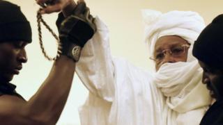 Condenan a cadena perpetua a expresidente de Chad