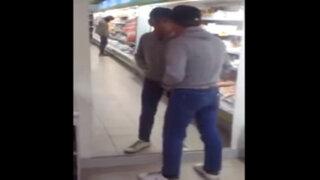 VIDEO: sujeto ebrio se pelea con su propio reflejo en un supermercado