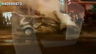 Auto se incendia en plena avenida generando congestión vehicular